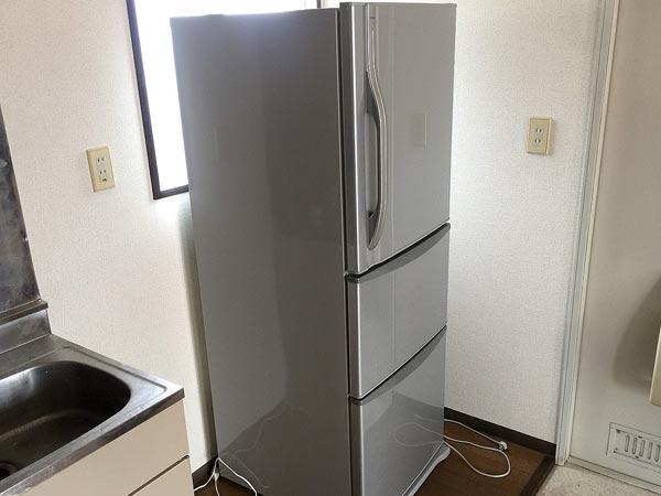 石巻便利屋フォーカスの不用品回収事例(アパート退去のお部屋から回収した東芝製339L3ドア冷蔵庫)