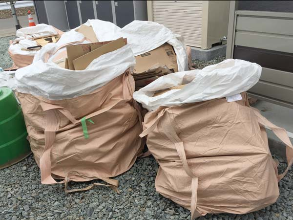 石巻便利屋フォーカスの新築アパート清掃現場紹介(養生材、木材、段ボール、プラスチックなど廃棄物の分別作業写真)