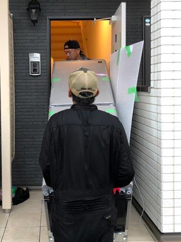 石巻便利屋フォーカスのシャープ5ドア大型冷蔵庫搬入・運搬事例紹介写真(大型冷蔵庫を内階段で2階へ運ぶ様子)