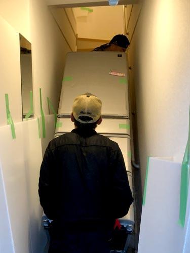 石巻便利屋フォーカスのシャープ5ドア大型冷蔵庫搬入・運搬事例紹介写真(大型冷蔵庫を内階段で2階運び上げている最中)