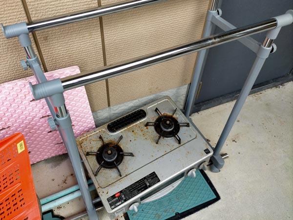 石巻便利屋フォーカスの引っ越し不用品回収写真(伸縮パイプハンガーラック、ガスコンロ回収)