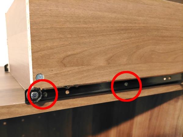 石巻便利屋フォーカスの家具組み立て代行事例(途中でひっかかり閉まらない食器棚の引出しの調整)
