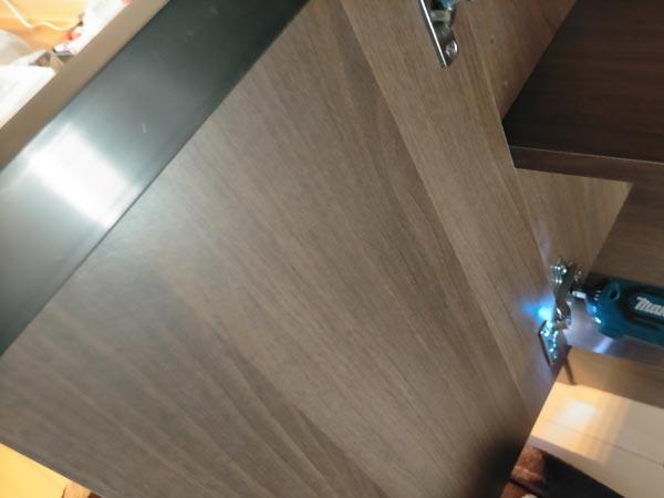 石巻便利屋フォーカスの家具組み立て代行事例(食器棚の扉の取り付け)